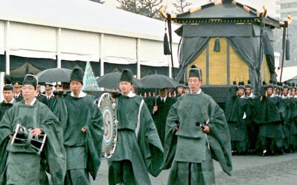 葬場殿に向かう昭和天皇の柩
