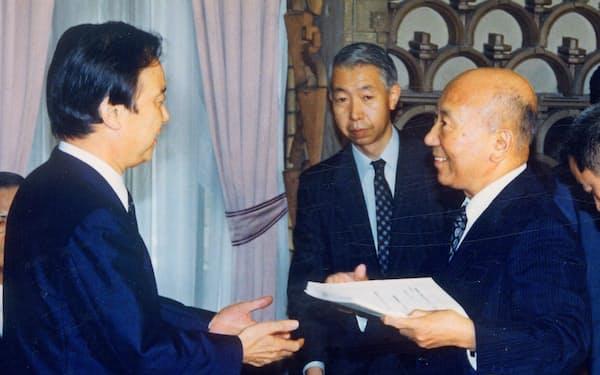 海部首相に区割り案を手渡す小林選挙制度審会長(右)