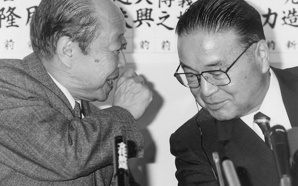 宮沢首相(左)と梶山幹事長