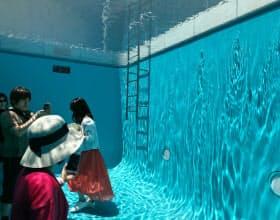 人気の展示空間「スイミング・プール」は、鑑賞者がまるで水の中にいるように見える