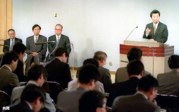 内閣発足後初の細川首相の記者会見。左端が筆者=共同