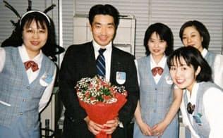 情報営業部勤務の最終日には同僚から花束をもらった