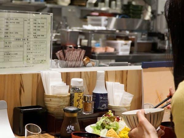 カウンターからは食事しながらキッチンでの調理の様子を見られる