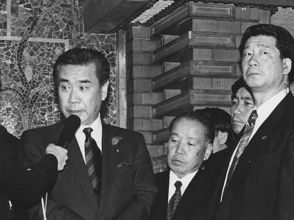 組閣が難航した羽田首相。右隣が筆者