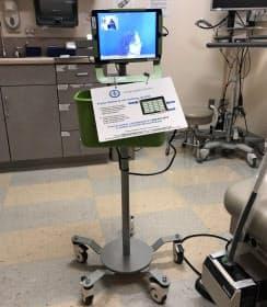カイザーパーマネンテ(米カリフォルニア州)の診察室ではタブレット端末を通して医師とのやり取りを通訳する。台の下には動かせるようにキャスターも