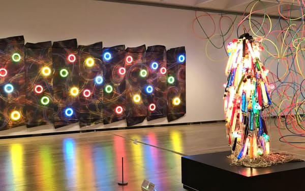 春に高松市美術館で展示された田中敦子の「電気服」(右)