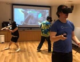 勝間和代さん(左)が開いたクエストパーティー。ゲームでは協力してプレーしているが現実の動きはバラバラ