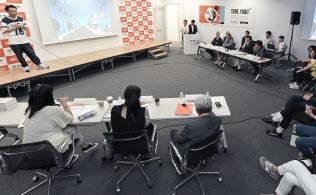 ビームスの「TANE.MAKIグランプリ」で審査員の質問に答える江口裕さん(左上)=東京都渋谷区
