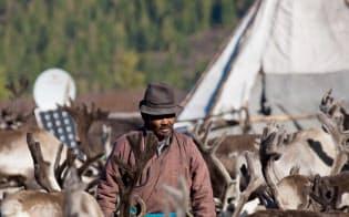 筆者が撮影した遊牧民の様子。草原で起きるあらゆることを察知する力を持っている