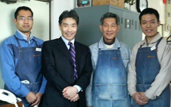 豊岡クラフトの工房で社長の山崎肇さん(当時、右から2人目)らと