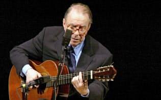ニューヨークのカーネギーホールで演奏するジョアン・ジルベルトさん(2004年6月18日)=AP