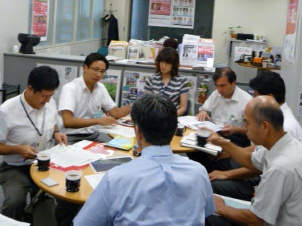熱海市の田辺国治副市長(当時、左から2人目)らとの打ち合わせ