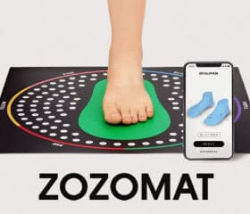 ZOZOのサービスは専用のマットに足を載せて撮影すれば足の形を計測できる