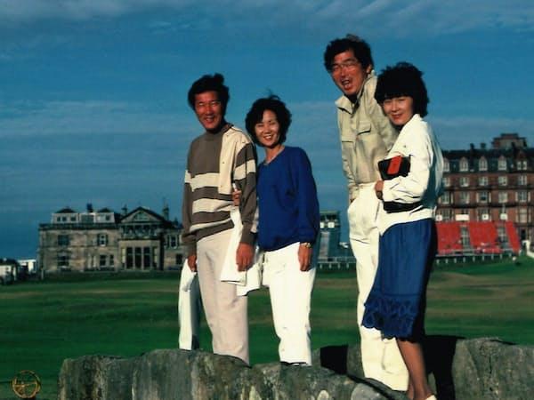 全英オープンで青木さん夫妻(左から2人)、妻と4人で