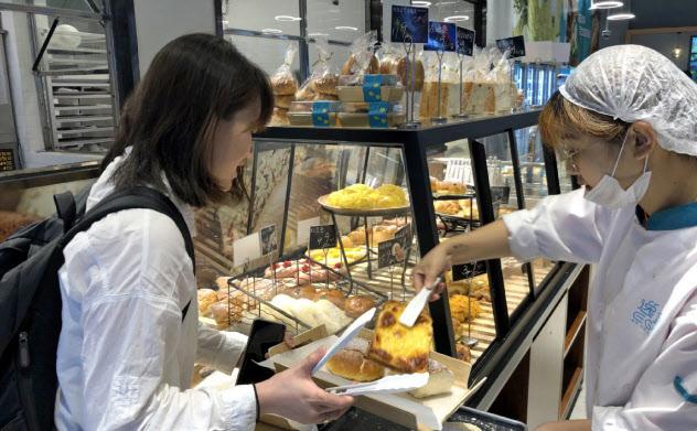 出来たての総菜やパンが売り(上海市)