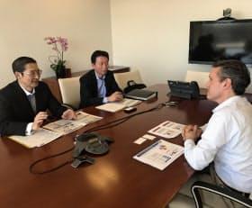 アサヒグループHDの小路明善社長(左)は機関投資家と積極的に対話している