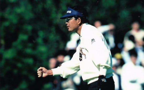90年日本オープン最終日、バーディーを奪いガッツポーズ
