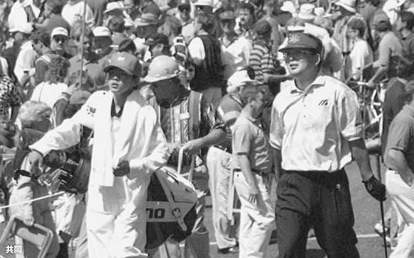長男の雅生をキャディーにしてマスターズ出場(1995年4月、米オーガスタ・ナショナルGC)=共同