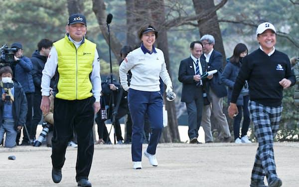 東京五輪会場の霞ケ関カンツリー倶楽部・東コースで視察プレー。左が筆者