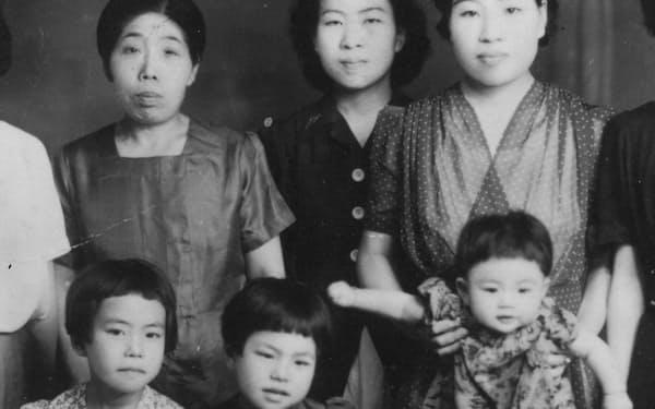 前列左から姉、筆者、妹。後列左端が祖母、右端が母