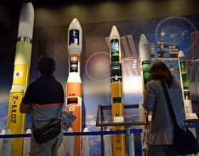 角田宇宙センターの展示室には20分の1スケールのロケットが並ぶ