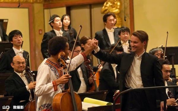 日本フィルとのウィーン楽友協会での公演で笑顔を見せるインキネン(写真前方右)=山口 敦撮影