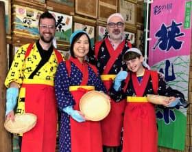 ゴールデンウイークに来園したカナダの観光客は茶摘み衣装を着て楽しんだ