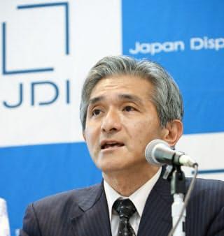 決算発表するジャパンディスプレイの菊岡稔次期社長(9日、東京都港区)