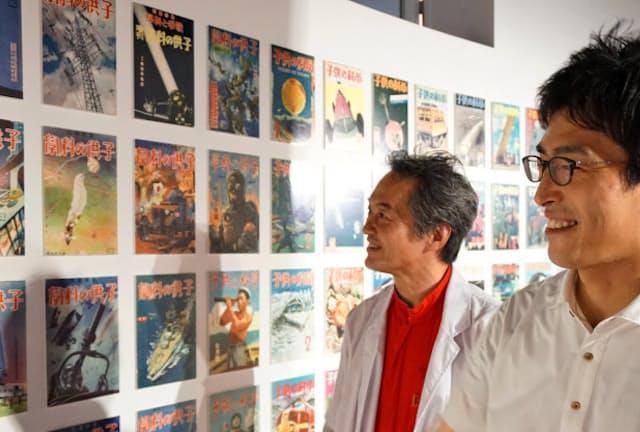 大正から続く「子供の科学」表紙を眺める土舘編集長(右)と伊藤氏(横浜市)