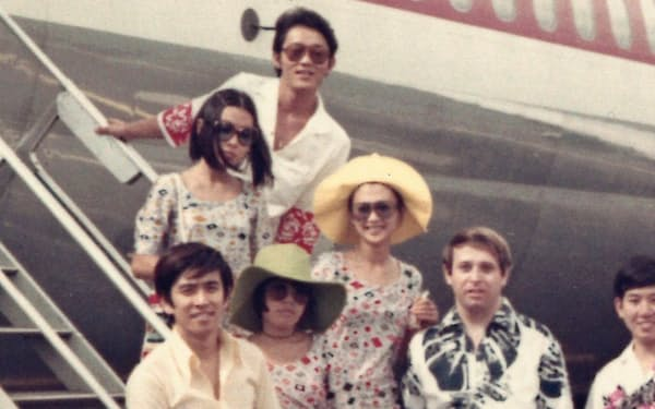 芸能人仲間と出かけた最初のハワイ旅行(前列左から2番目が筆者)