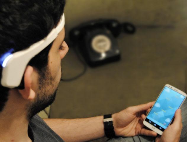 脳波測定器をつけ、スマホでミニゲーム