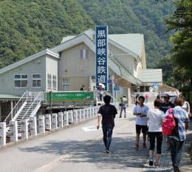トロッコが走る黒部峡谷鉄道の起点も宇奈月温泉にある(宇奈月駅周辺)