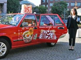 「0円タクシー」ではどん兵衛を全面に掲げた車両も登場した(2018年12月)