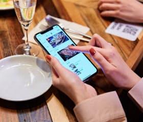 レストランでテーブルにあるQRコードを読み取ると各人がスマホでメニューを見ながら注文し支払える