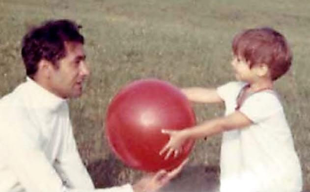 2歳ごろ、父親のジャックさんと