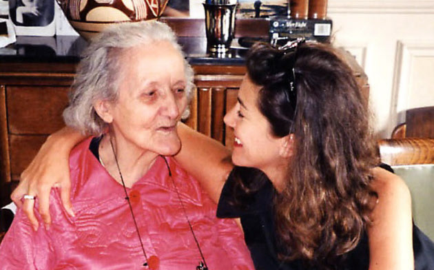 愛情豊かな祖母「メメ」(左)と過ごす時間が大好きだった