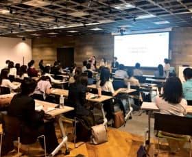 女性マーケター向けの会合では「勇気が出ました」と講師に声をかける参加者もいた(7月、東京都新宿区)