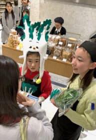 高知の小学生が生産者と上京し伊勢丹新宿本店で販売を体験。アネモス青果も手伝った