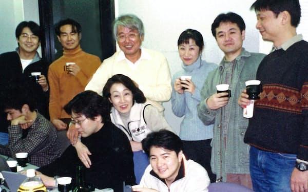 若い社員に囲まれて(後列左から3番目が筆者)