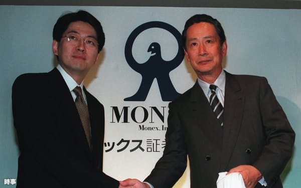 マネックス証券の松本大社長(左)(当時)とソニーの出井伸之社長(同)=時事