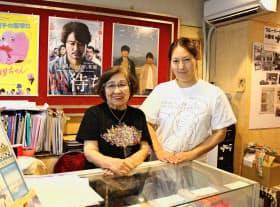岡村さん(左)と森田さんの知恵で偏りのない作品を上映する