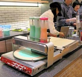 モリロボ(浜松市)のクレープロボット「Q」は色を分けたクレープもつくれる