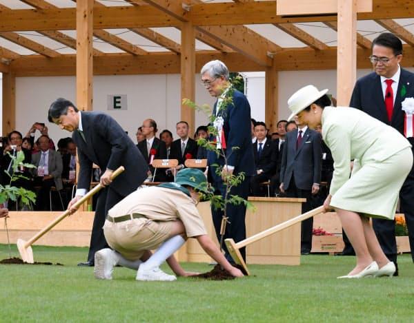 第70回全国植樹祭で苗木を植える両陛下(6月、愛知県尾張旭市)