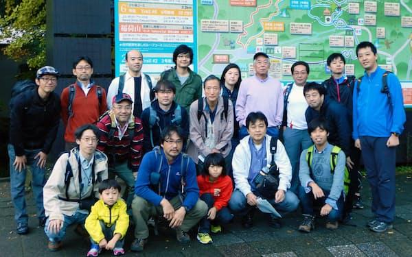 グループ社員で高尾山へ登山(最後列の右から4人目が筆者)