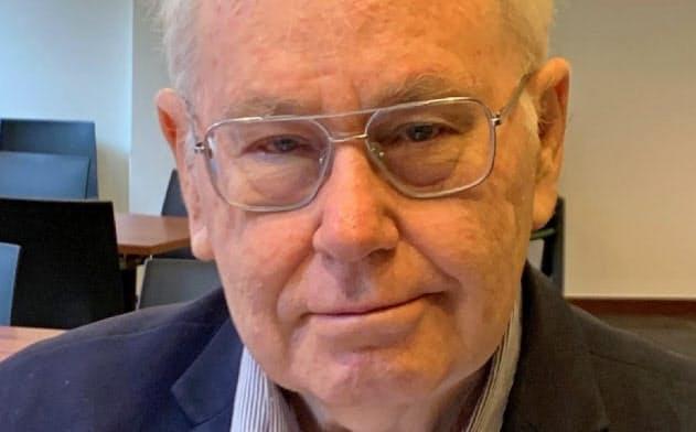 Peter McCawley 豪国立大博士(経済学)。ADB理事や東京にある同研究所所長などを歴任した。「アジアはいかに発展したか」など著書多数。