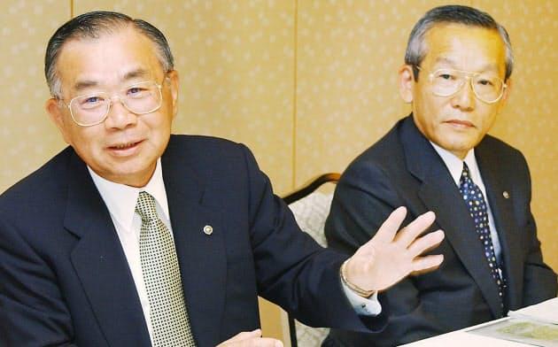 2002年5月20日、社長交代の記者会見に臨んだ(右が本人、左が当時社長だった関谷哲夫氏)