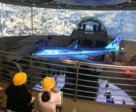 模型の旅客機が世界の空を飛び回る雰囲気を演出