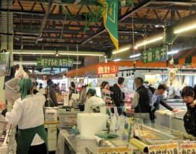 「万代島鮮魚センター」は手ごろな値段で豊富な魚介を購入できる