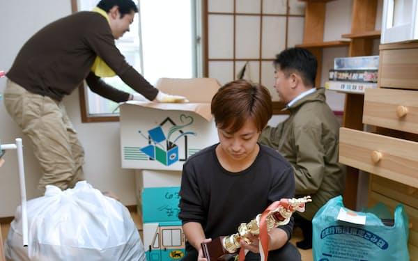 オーナー(手前)を中心に思い出の品をえり分ける(東京都内)=小林 裕幸撮影