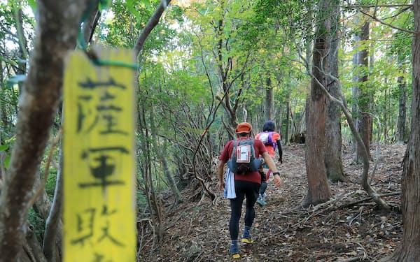 西郷隆盛の敗走路をたどり、山道を登る参加ランナー(宮崎県延岡市)